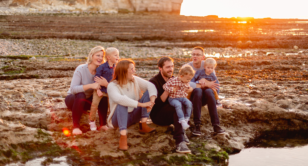 photo de famille à la mer à la golden hour en normandie